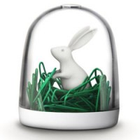 grappige paperclip houder bunny in the field